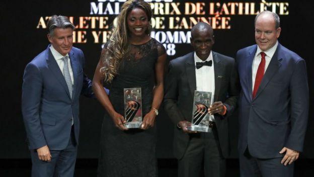 La saltadora colombiana junto al keniata Eliud Kipchoge, el presidente de la IAAF, Sebastian Coe, y el príncipe Alberto II de Mónaco.