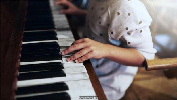 Menina toca piano