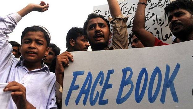 Facebook'u protesto gösterisi