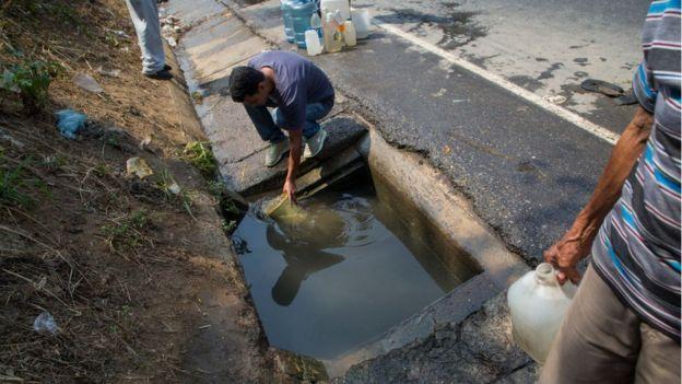 La crisis de suministro ha llevado a muchas personas a recoger agua de fuentes insalubres.