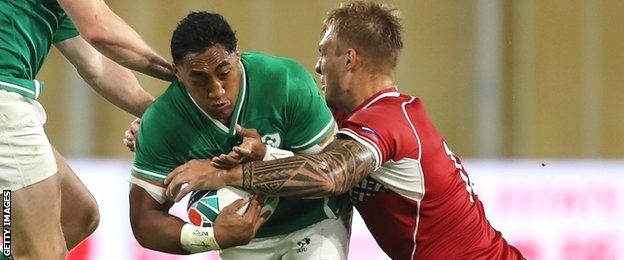 Bundee Aki tries to escape the tackle of Kirill Golosnitskiy