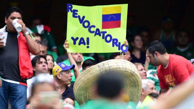 Un cartel a favor del revocatorio desplegado durante uno de los partidos de la selección venezolana en la Copa América Centenario, que se disputa en EE.UU.