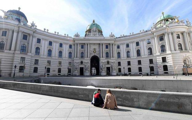 في فيينا، يجلس شخصان في ساحة فارغة