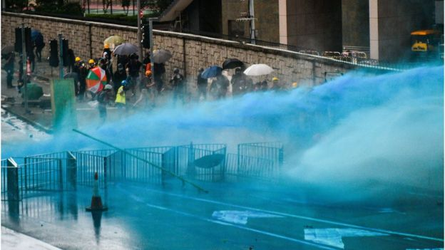 香港警方出动水炮车驱散示威者。