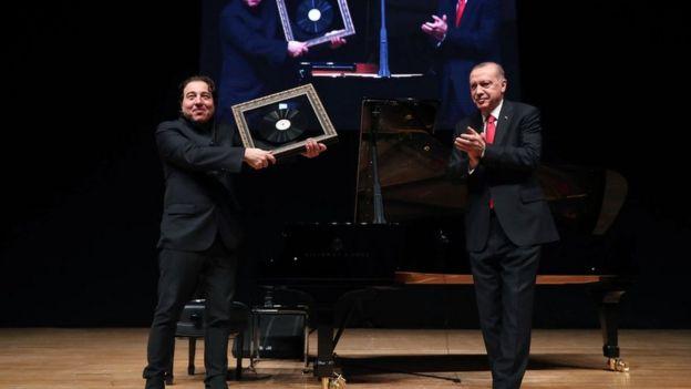Cumhurbaşkanı Erdoğan, Fazıl Say'a sahnede Aşık Veysel'in bir plağını hediye etti.
