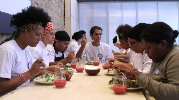 Comensales en el RefettoRio Gastromotiva