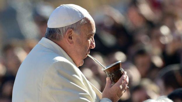 El Papa toma mate.
