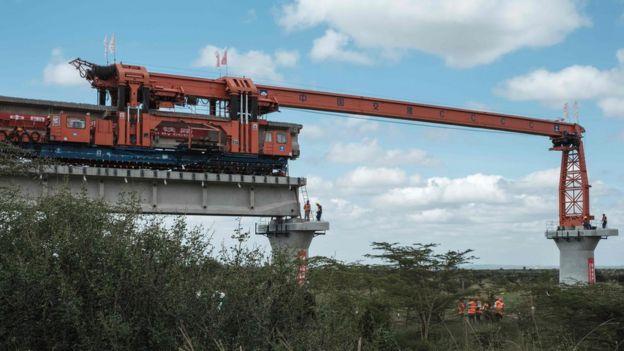 صورة لآلة وضع الجنزير لبناء أطول جسر سكة حديد في كينيا في 23 يونيو/حزيران 2018