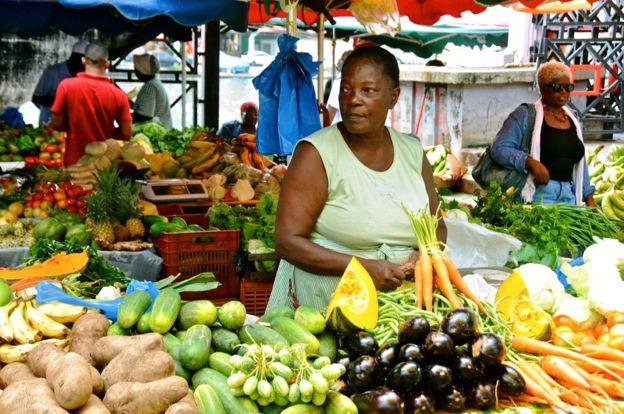 Mercado de frutas y verduras en Guadalupe, 8 de abril de 2012 foto de archivo