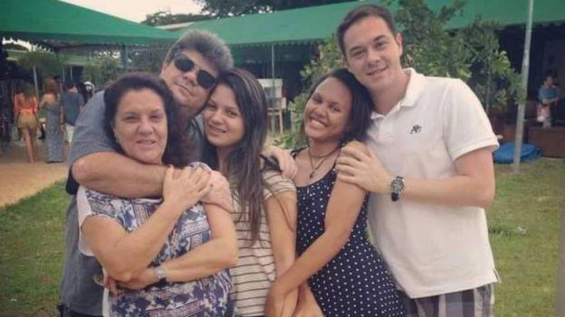 Susana e Wanderlan (hoje separados), junto com os filhos Mirela, Ester e Felipe, em foto tirada há cerca de três anos