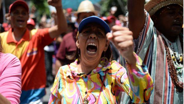 Başkent Caracas'ta binlerce Maduro destekçisi sokaklarda hükümet lehine gösteri düzenledi.