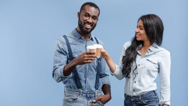 Casal com copo de café na mão