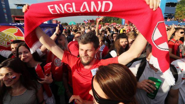 احتفال المشجعين الانجليز بعد المباراة في روسيا
