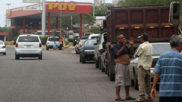 Fila para posto de gasolina