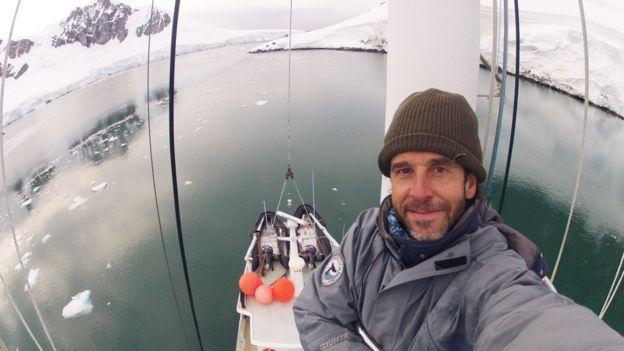 Dr. Mariano Sironi a bordo de la embarcación Australis