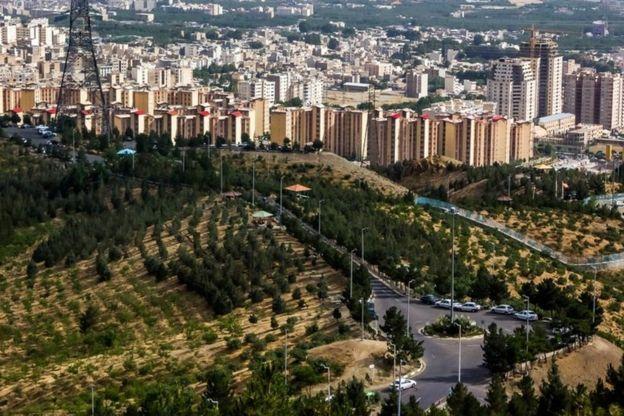 به گفته وزیر رفاه اجتماعی اگر فردی خانهای به ارزش بالاتر از یک میلیارد میلیون تومان در تهران یا ۹۰۰ میلیون تومان در شهرستان داشته باشد این کمک نقدی را دریافت نخواهد کرد