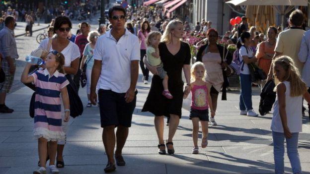 الناس في أحد شوارع النرويج