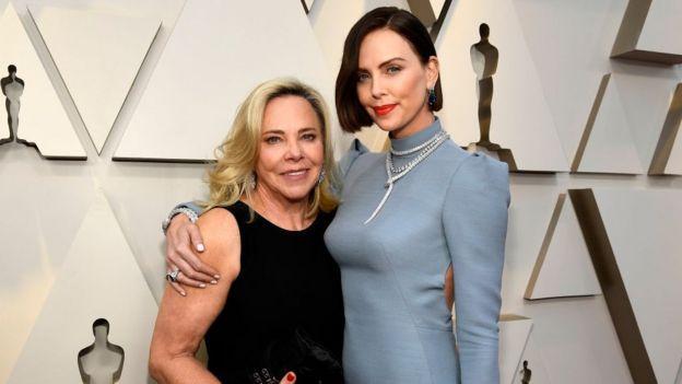 Gerda Moritz y Charlize Theron en los Oscar