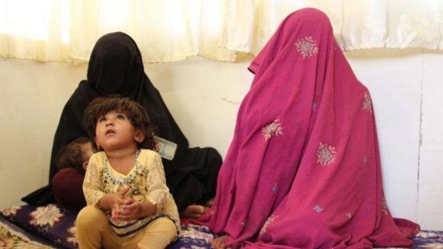 Ketika Taliban berkuasa, kaum perempuan diwajibkan memakai pakaian yang menutup seluruh badan dan wajah.
