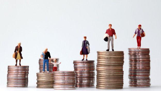 Pilhas de moedas com bonequinhos de diferentes perfis de pessoas em cima