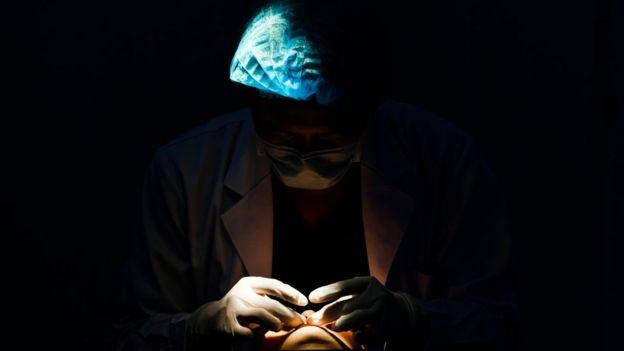 Homem opera paciente
