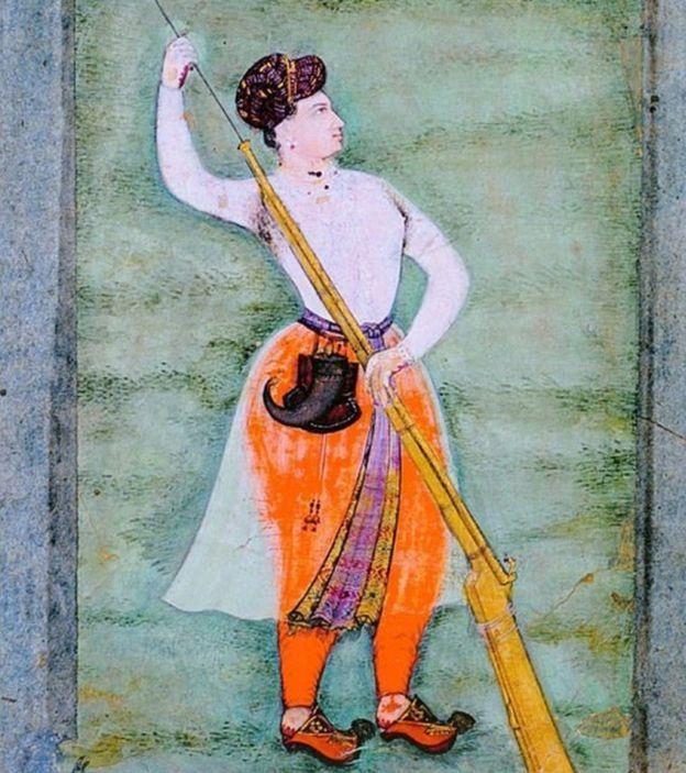கையில் துப்பாக்கியுடன் நூர் ஜஹான்