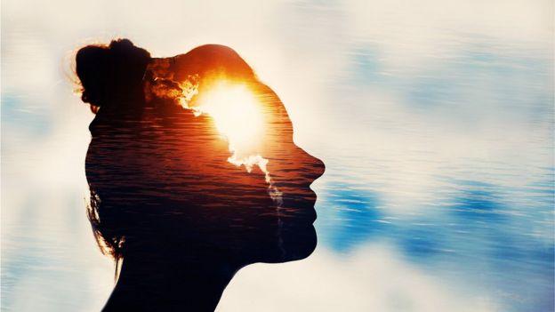 Foto de mulher com sol na cabeça