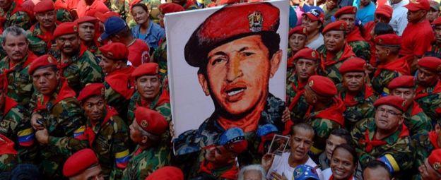 Cartel de Chávez y militares con boinas rojas
