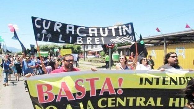 Manifestantes con pancartas en contra de la construcción de centrales hidroeléctricas
