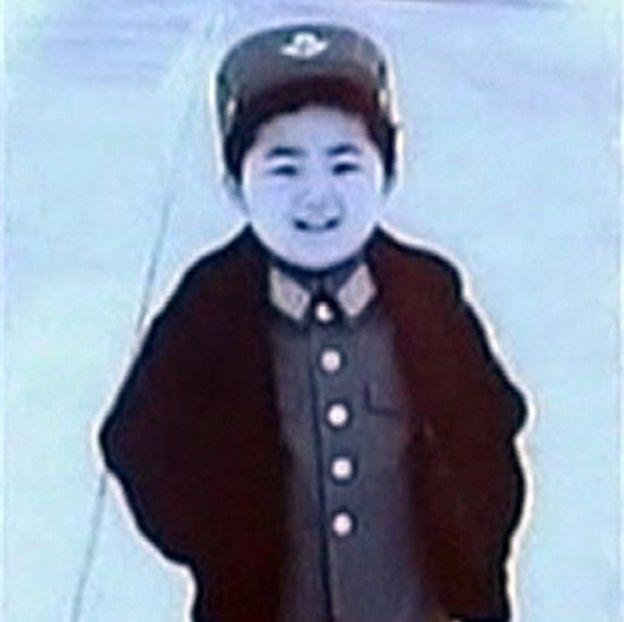 Kim Jong-un de niño con uniforme militar.