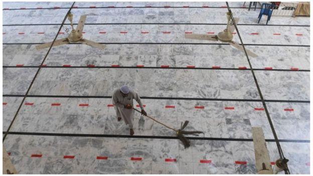 রমজানের আগে ঝাড়পোছ চলছে পাকিস্তানের একটি মসজিদে। সেখানে শর্তসাপেক্ষে মসজিদে তারাবি নামাজ পাড়ার অনুমোদন দেওয়া হয়েছে