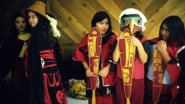 Niños con indumentaria típica haida.