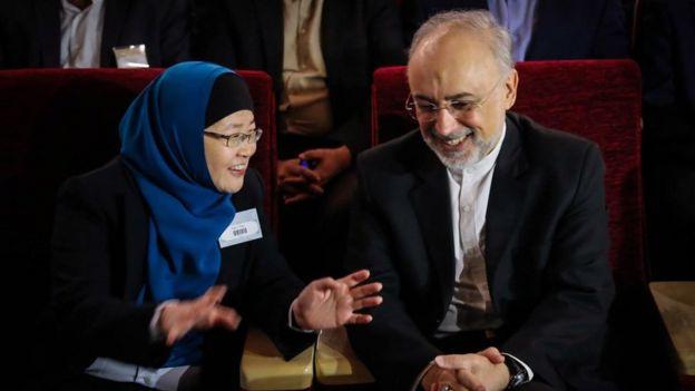 علی اکبر صالحی، رئیس سازمان انرژی اتمی ایران و جکی ای رو اینگ، برنده دوره قبل جایزه مصطفی در مراسم اهدای جوایز این دوره