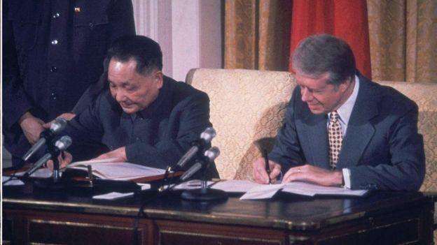 邓小平(左)与卡特签署文件,中华人民共和国与美国正式建交