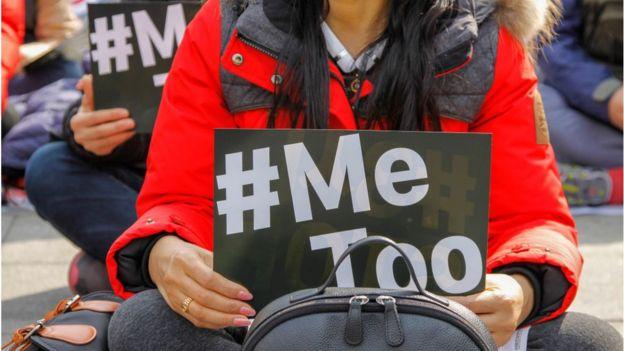舉著MeToo標牌的示威者