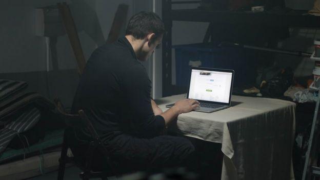 Homem usando o computador