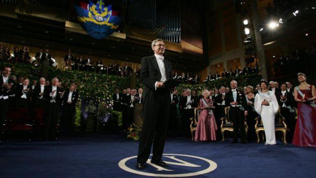 Pamuk recibe el Nobel en 2006