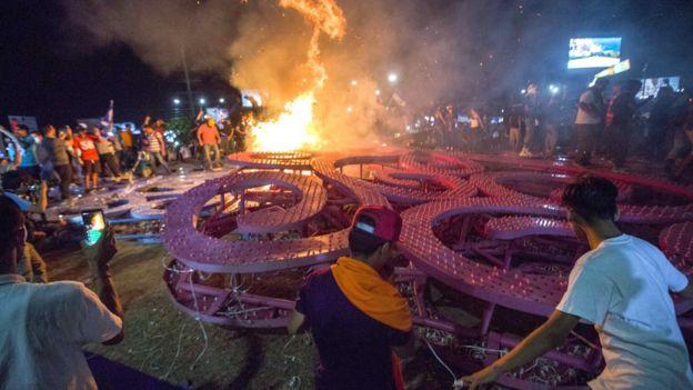 Manifestantes queman un árbol de la vida en Managua