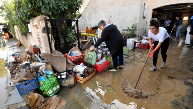 People in Béziers cleaning up after the floods