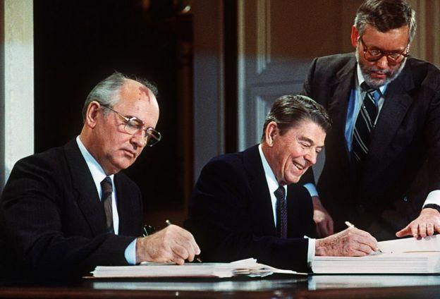 Mijaíl Gorbachov (izquierda) y Ronald Reagan firmando un tratado de armas nucleares entre Estados Unidos y la Unión Soviética.