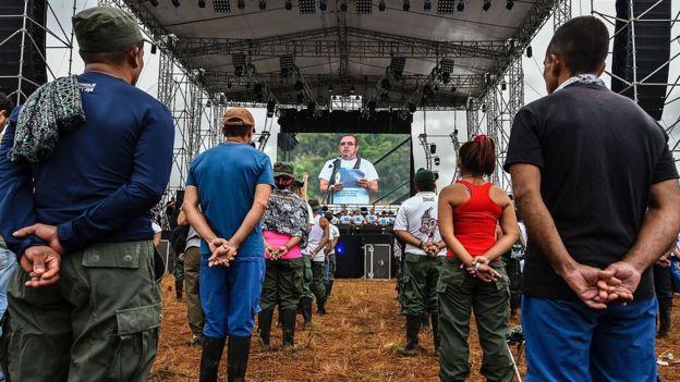 El comandante guerrillero Rodrigo Londono habla sobre el gran escenario montado a cielo abierto.