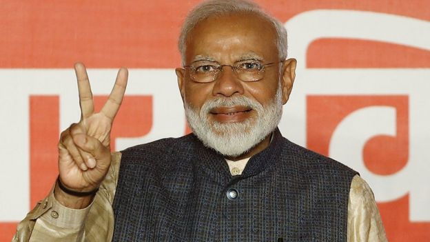 رئيس الوزراء الهندي نارندرا مودي يلوح بعلامة النصر