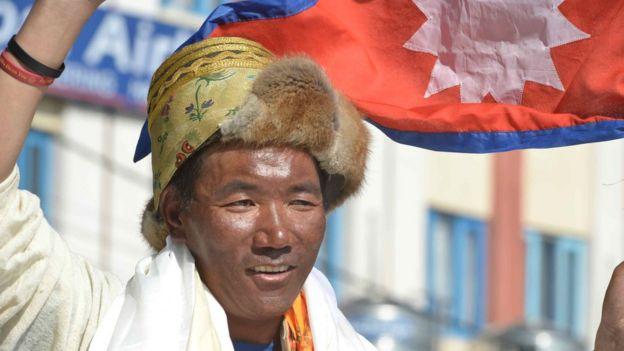 Kami Rita 25 yılda 24. kez Everest'in zirvesine tırmandıktan sonra eve böyle dönmüştü.