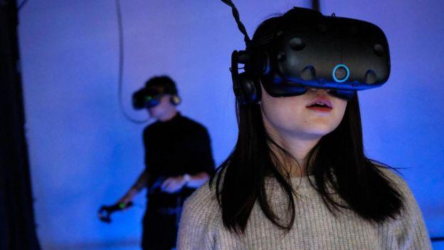 chicos usando realidad virtual