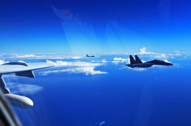 图为中国苏-30战机与轰-6K轰炸机2016年9月25日飞越宫古海峡,参加演习的画面。