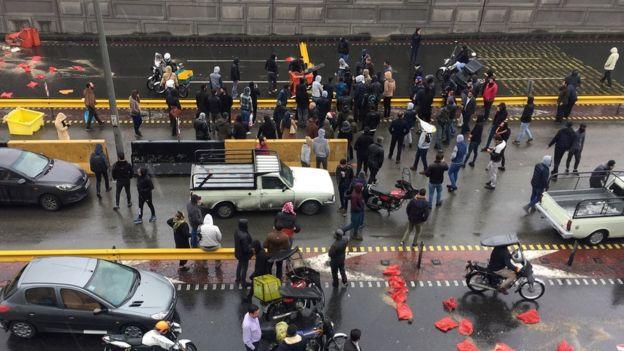 مسيرات المحتجين أعاقت الطرق في المدن