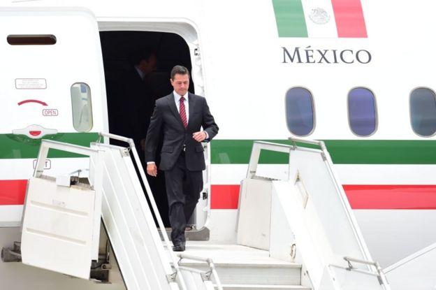 Enrique Peña Nieto desciende del avión presidencial