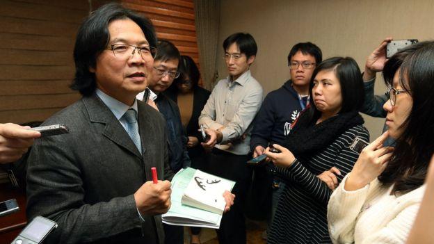"""台灣內政部長葉俊榮(左)向婦聯會下達了""""最後通牒""""。"""