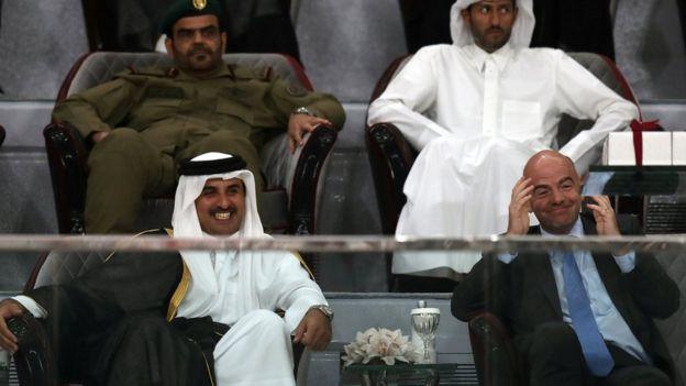 El emir de Qatar, Sheikh Tamim bin Hamad al-Thani, junto al presidente de la FIFA, Gianni Infantino.
