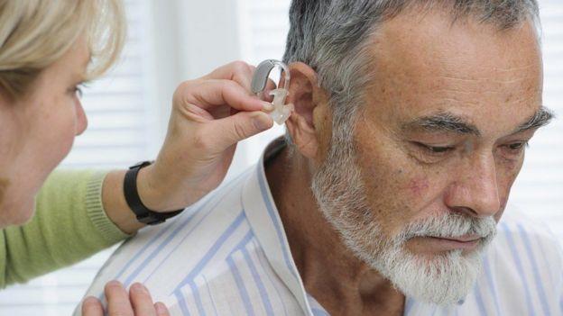 Hombre mayor durante una revisión médica del oído